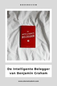 """'De Intelligente Belegger', oftewel 'The Intelligent Investor' van Benjamin Graham is voor het eerst uitgegeven in 1949, maar voor veel mensen is het nog steeds hét boek over waardebeleggen. Op de achterkant van het boek staat zelfs dat dit """"de bijbel die iedere belegger gelezen moet hebben"""" is, """"omdat Graham niet vertelt welke aandelen je zou moeten kopen, maar juist een effectieve manier van denken en handelen aanleert"""" en dat """"het boek nog steeds verbazingwekkend actueel"""" is. Dat klinkt nogal veelbelovend! Maar klopt het ook? In deze blog vertel ik je wat over Benjamin Graham en zijn beleggingsstrategie, geef ik een samenvatting van de belangrijkste punten en sluit ik af met mijn mening over het boek."""