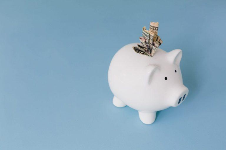 Lukt het jou elke maand om precies dat bedrag te sparen wat je aan het begin van de maand als doel voor jezelf had gesteld? Veel mensen hebben er moeite mee. Daarom deel ik vandaag 4 tips om succesvol te sparen!