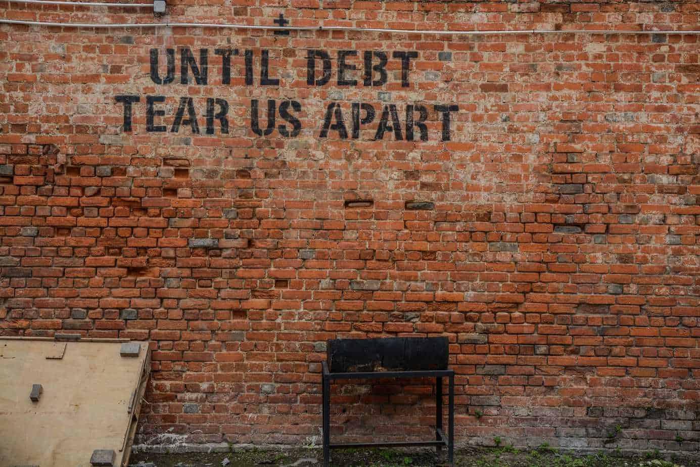 Beleggen met je studieschuld, is dat een goed idee? Aangezien je over je studieschuld op dit moment 0% rente betaalt en je 35 jaar hebt om je studieschuld af te betalen klinkt het heel aantrekkelijk, maar er zitten ook flink wat haken en ogen aan. In deze blog geef ik mijn mening over beleggen met je studieschuld en zet ik de voors en tegens op een rijtje, zodat je zelf kan beslissen of het iets voor je is of niet.