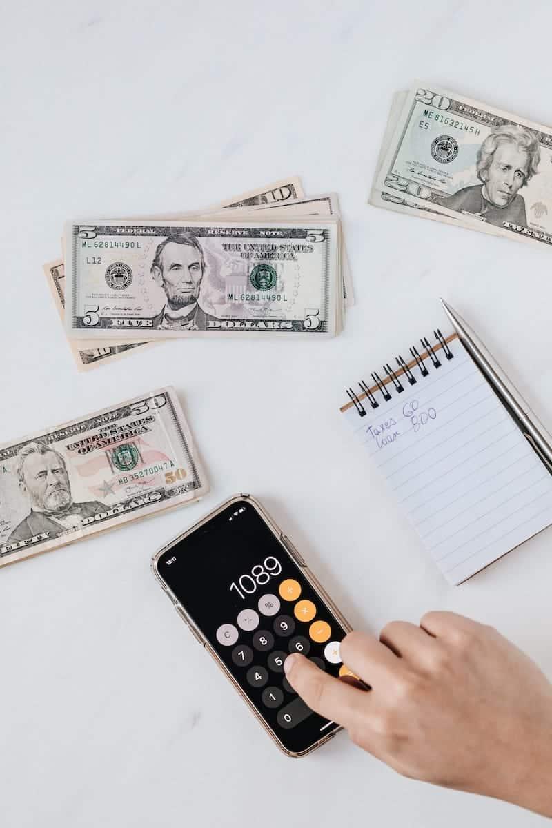 Ben jij ook altijd zo nieuwsgierig naar andermans portemonnee? Ik wel! In de rubriek 'Sparen of Spenden' deel ik maandelijks mijn inkomsten, uitgaven en investeringen met jullie. Deze maand heb ik opgemerkt dat ik last heb van lifestyle inflatie! Desondanks heb ik wel een heel mooi bedrag kunnen investeren via Semmie en Peaks. Benieuwd hoeveel ik precies heb belegd deze maand, wat mijn uitgaven waren en hoe ik dat allemaal kan betalen? Lees dan snel verder!