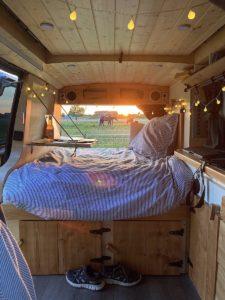 Je kleine, dure studentenkamertje omruilen voor een camperbus, zou jij het doen? Nienke (@groetjesvannienke op TikTok en @hittheroad.jackk op Instagram) deed het! Na drie jaar gewoond te hebben in een studentenhuis met 11 huisgenootjes besloot ze het roer om te gooien en in een camper bus te gaan wonen. In deze blog vertelt ze waarom ze deze keuze maakte en wat de voor- en nadelen zijn van wonen in een camperbus tijdens je studententijd.