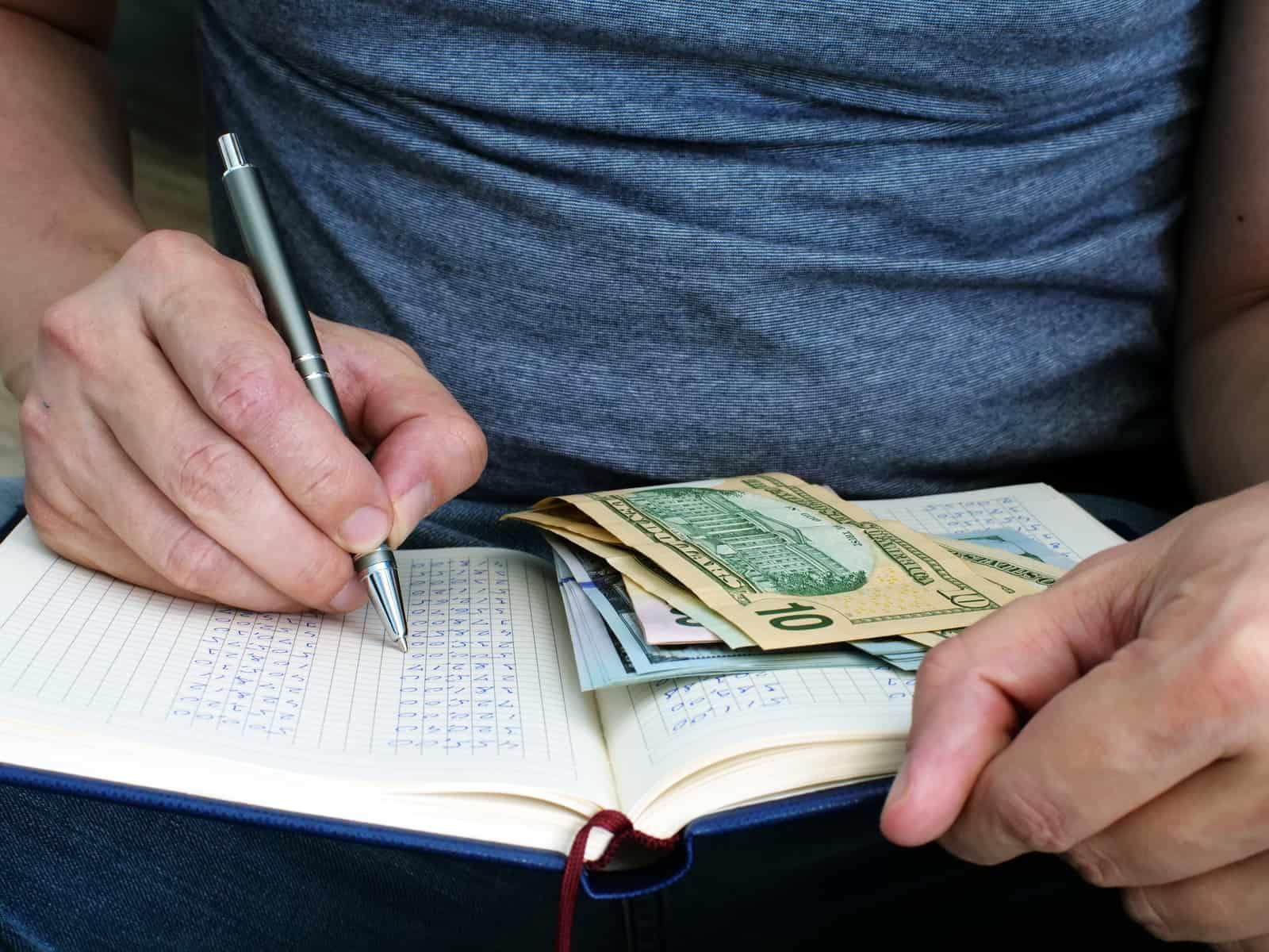 Ben jij ook altijd zo nieuwsgierig naar andermans portemonnee? Ik wel! In de rubriek 'Sparen of Spenden' ben ik open over mijn financiën en deel ik maandelijks hoe ik mijn geld verdien, hoe ik het uitgeef en hoe ik het investeer. Deze maand heb ik een nieuwe zorgverzekering uitgekozen voor volgend jaar! Benieuwd hoeveel ik precies heb uitgegeven deze maand, wat mijn inkomsten waren en of er nog wat geld overbleef om te beleggen? Lees dan snel verder!