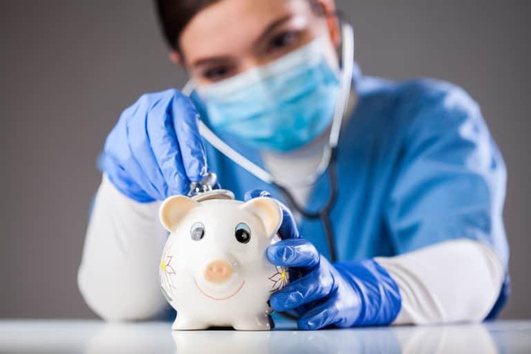 Een nieuwe zorgverzekering uitzoeken kan best wel lastig zijn, zeker als je al jarenlang bij dezelfde verzekeraar zit! Daarom vertel ik je in deze blog 5 dingen waar je op moet letten als je een nieuwe zorgverzekering gaat uitzoeken! Overstappen kan je jaarlijks tientallen tot honderden euro's besparen, dus het is zeker de moeite waard om wat aandacht te besteden aan het uitzoeken van een nieuwe zorgverzekering.