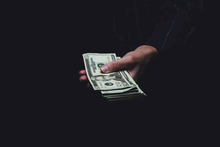 Ben jij ook altijd zo nieuwsgierig naar andermans portemonnee? Ik wel! In de rubriek 'Sparen of Spenden' ben ik open over mijn financiën en deel ik maandelijks hoe ik mijn geld verdien, hoe ik het uitgeef en hoe ik het investeer. Dit was by far mijn beste maand qua inkomsten in 2020! Benieuwd hoeveel ik precies heb uitgegeven deze maand, wat mijn inkomsten waren, en of er nog wat geld overbleef om te beleggen of investeren? Lees dan snel verder!